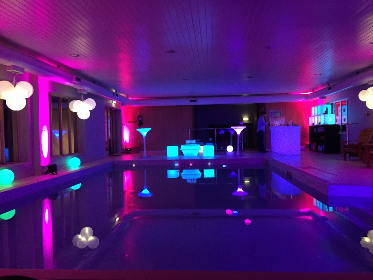 Image of a swimming pool ready for a party